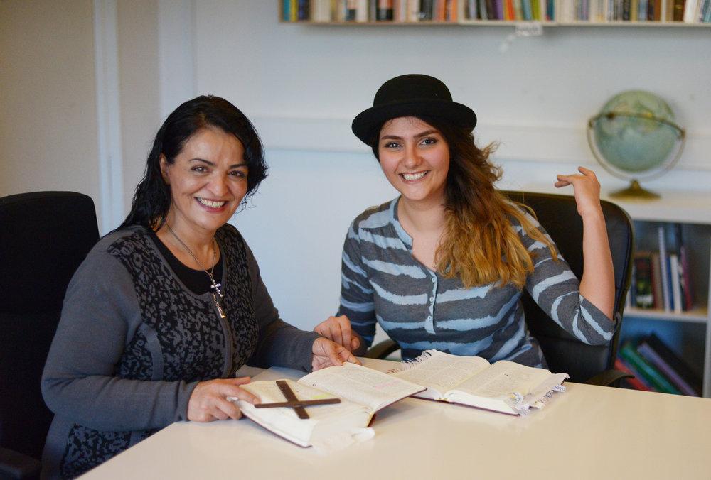 Mandana (venstre) underviser Trampolinhusets bibelstudiegruppe hver uge. Foto: Anna Emy