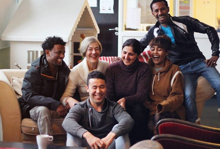 Sponsorer vores program  Året rundt er Trampolinhuset et socialt rum, hvor asylansøgere, flygtninge og andre medborgere kan mødes, lære og udvikle sammen.  Ved at støtte vores generelle aktivitetsprogram sikrer I, at de alle kan regne med os hver dag for støtte, fællesskab og formål.