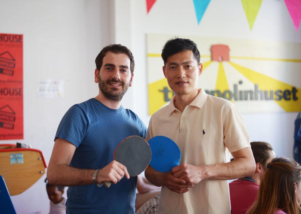 David (højre) står selv for de ugentlige bordtennisworkshops. Foto: Anna Emy