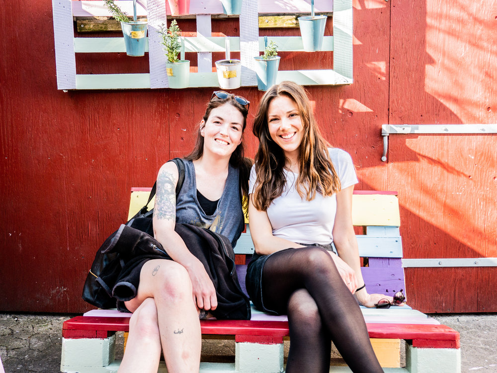 Mathilde (venstre) og Kari (højre) har været koordinatorer for Trampolinhusets havehold i foråret 2018. Foto: Stacey Goldberg.