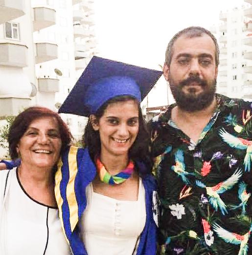 Silan sammen med sin mor og bror inden flugten. Privat foto.