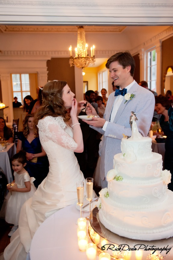 charleston-wedding-cutting-the-cake