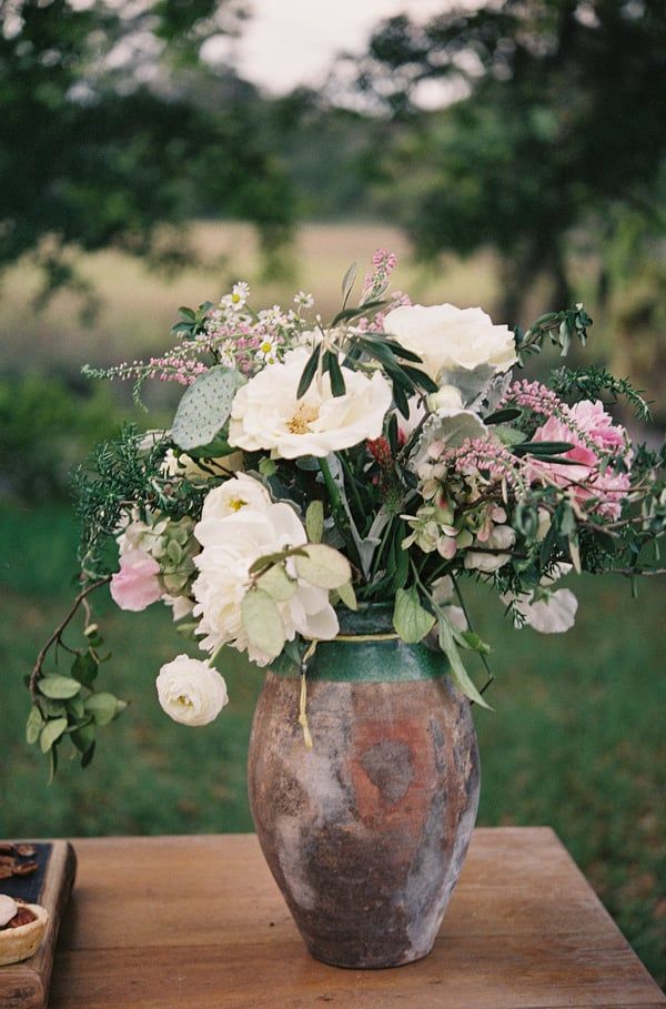 Southern inspired centerpiece with pops of pink at Cassina Point Plantation by Stefanie Kapra.
