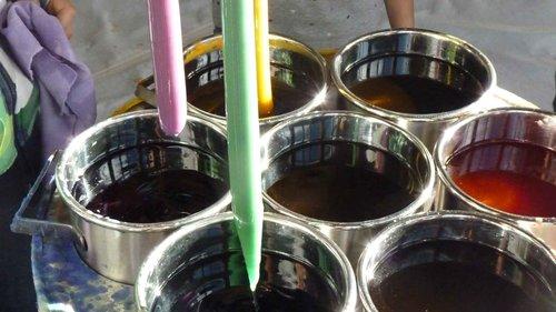 Farbige Paraffinkerzen mit Duft ziehen