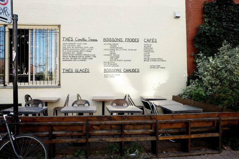 Carte des boissons écrits sur un mur de bar