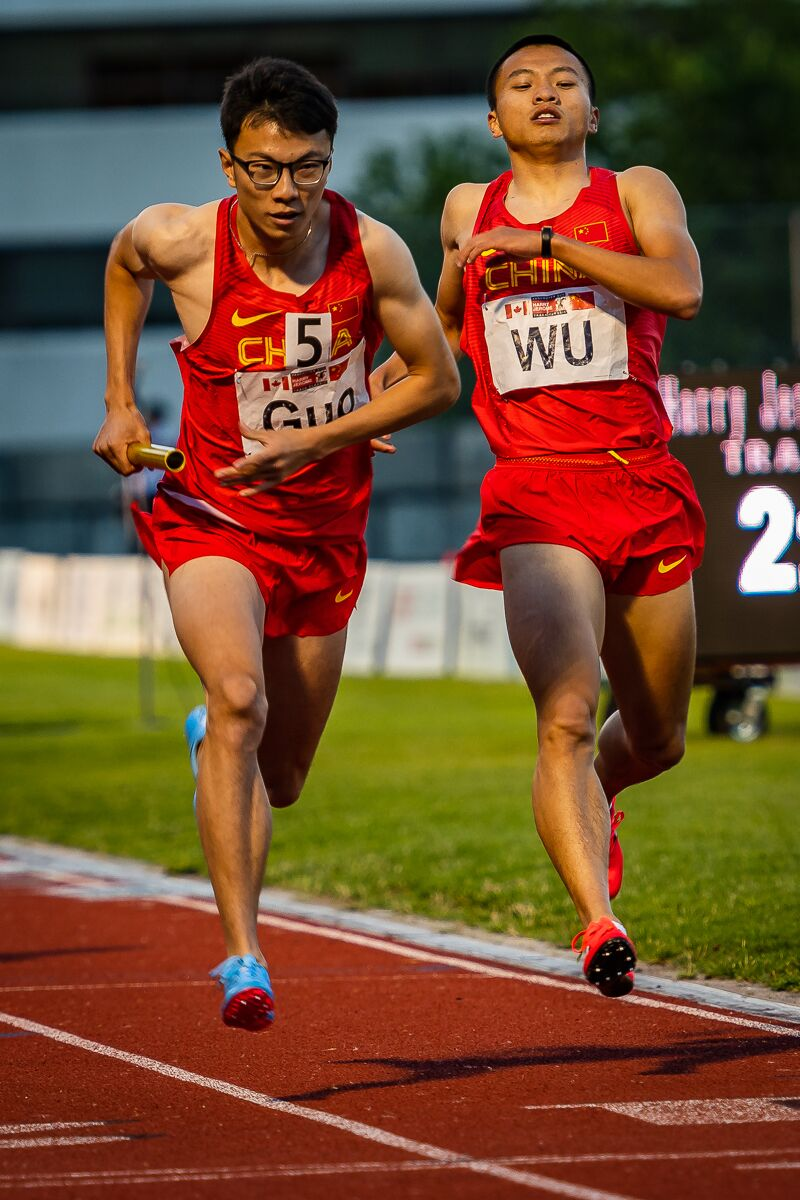 GUO Zhongze takes baton form WU Yu'ang will be strong in today's 400m photo: Brian Cliff