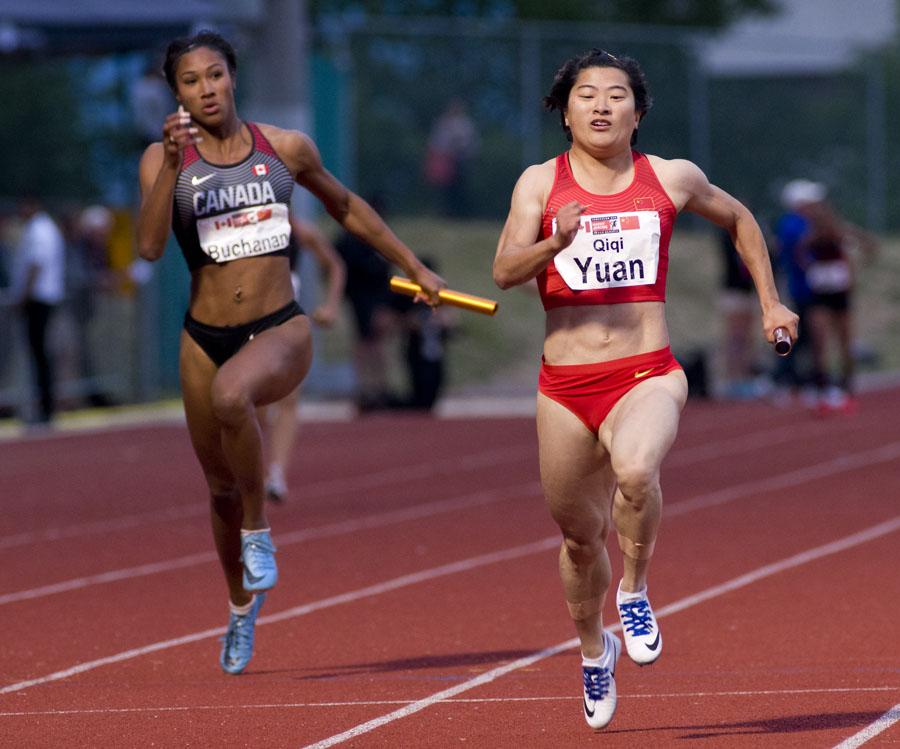 YUAN Qiqi takes Leya Buchanan in anchoring 4x100  photo: Reese Raybon