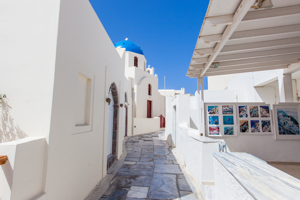 The main alley leading you through the town of Oia.  At times, this area can be very crowded, especially when cruise ships arrive and their tour groups scurry through the shops.  Early in the morning or late afternoon are good times if you'd like to have quiet time to yourself.