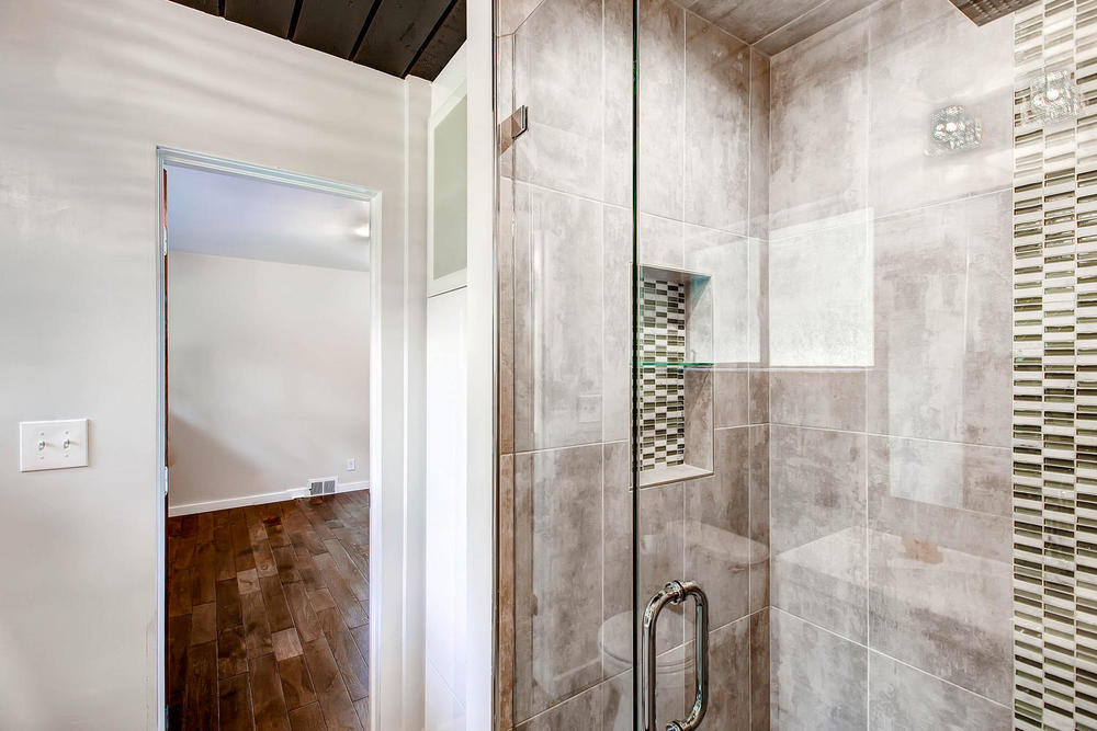 the frameless shower glass finishes this master bathroom very well.
