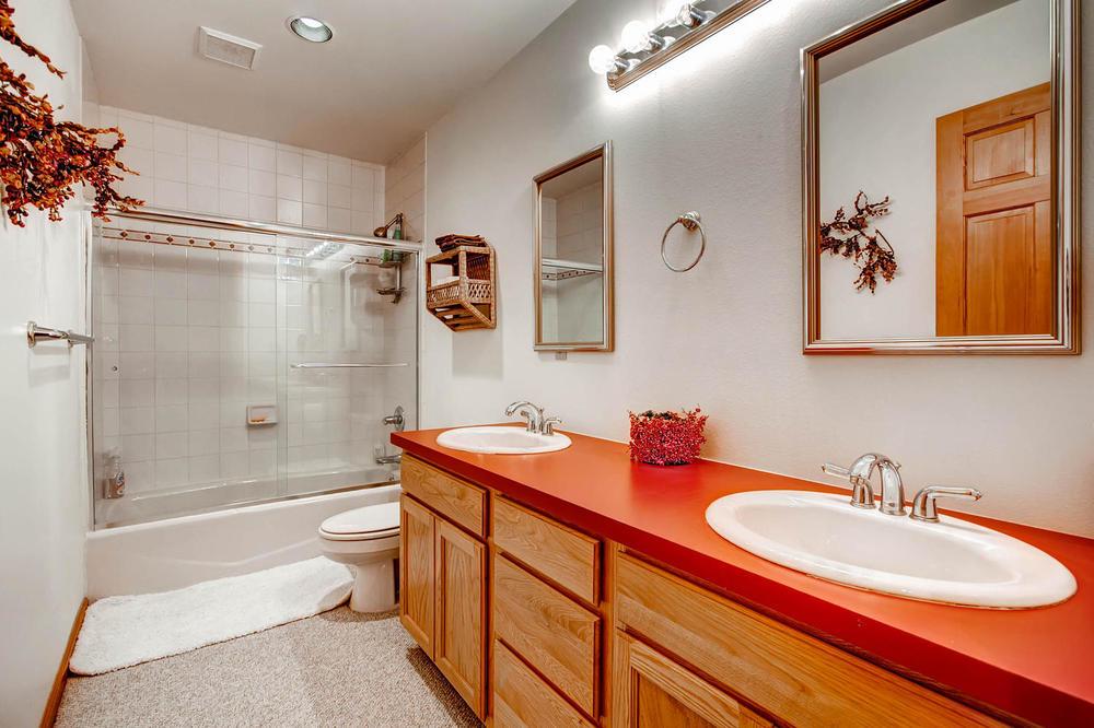 476 Deer Trail Dr Fairplay CO-large-029-2nd Floor Bathroom-1500x1000-72dpi.jpg