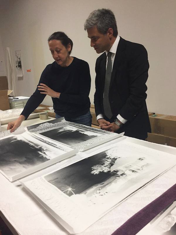 Artist Vera Lutter in her studio at LACMA, with CEO and Wallis Annenberg Director Michael Govan. Image courtesy of LACMA.