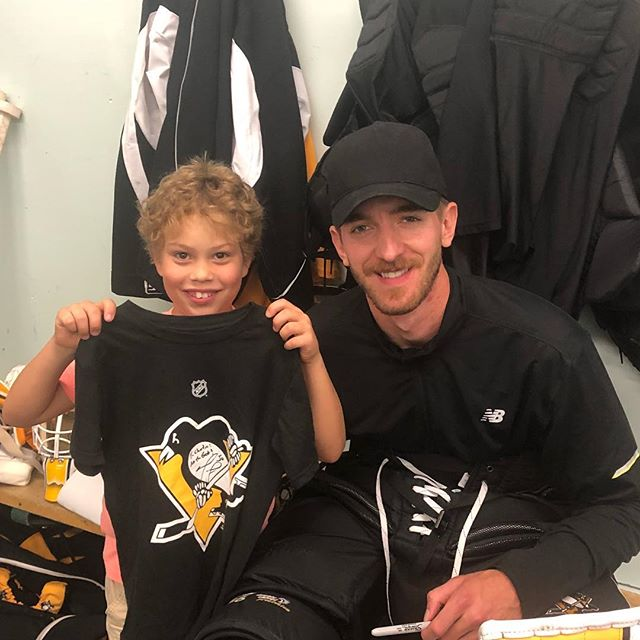 Lucky kid 🍀! Yesterday he got to meet @tseguin92 (and made me buy him a shirt for Tyler to sign today but he wasn't there) And today...? he got to spend time with one of his #idols @matt30murray Thanks for being a great #rolemodel Matt and good luck to you and the #Pens this season! All wouldn't be possible without a great coach. Thanks Jon, to you and all your amazing coaches @elkingoalie. 🙏🏻👏🏻👏🏻