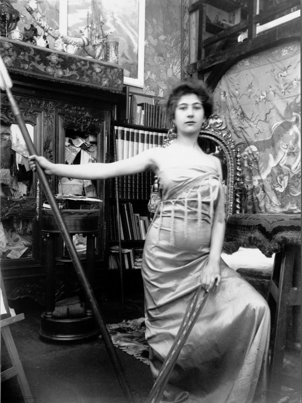 Alfons_Mucha_model_model_posing_in_muchas_studio_Paris.jpg