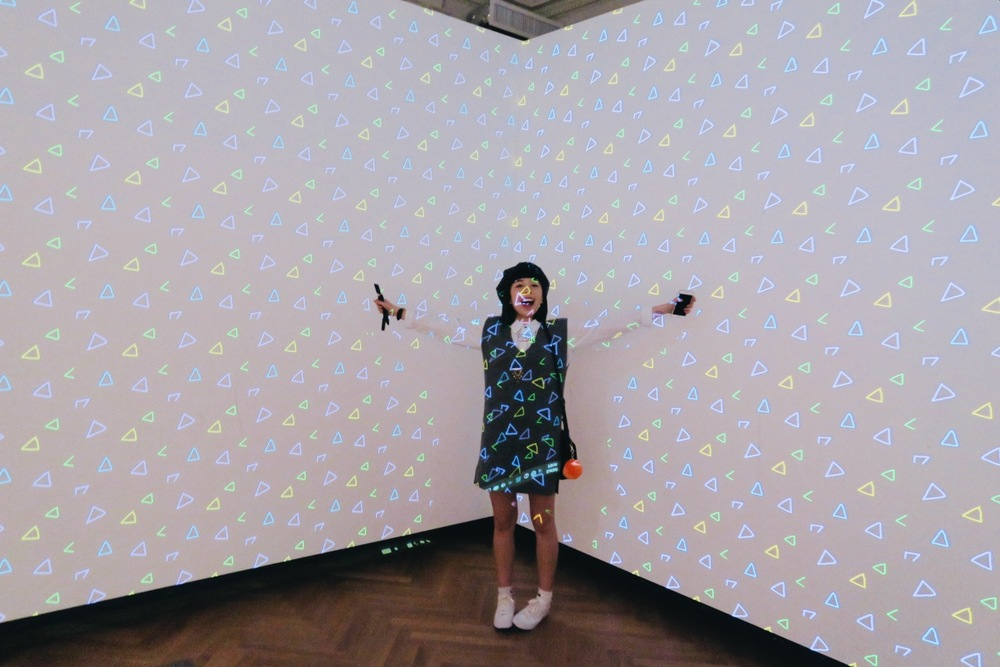 這個installation可以把自己畫的patterns都投影在牆上!