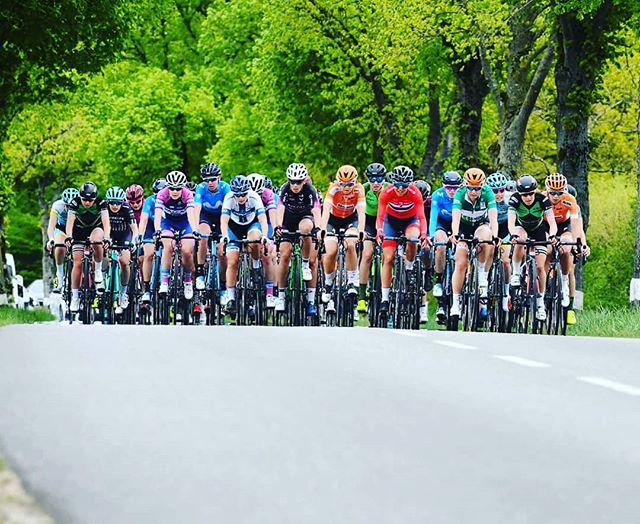 Time to jump back in to this peloton! 🚴🏁 Race day here in the beautiful Basque country #DurangoDurango with @jasinska_gosia @lourdes_oj @eidermerino @lorenallamas_ @aliciaglez3 @movistar_team . . . . . . . . #gotime #raceday #roadbike #cycling #RodamosJuntos #basque #españa🇪🇸