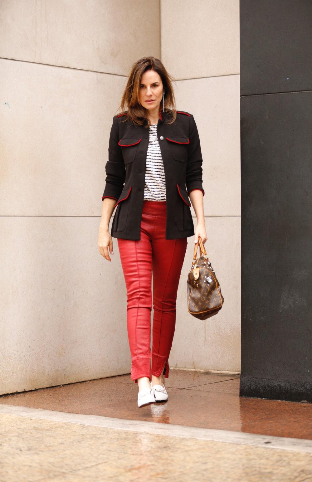 Casaco Zara, camiseta JCrew e bolsa Louis Vuitton.