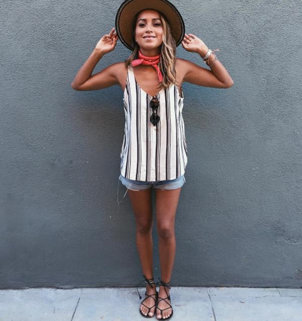 julie-sarinana-street-style-shorts-jeans-flat-summer.jpg