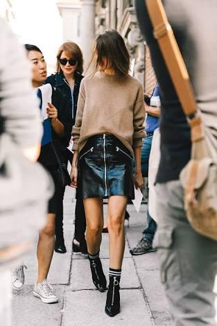 Para o dia , no inverno , coloque uma blusa de tricot ou lã e uma bota de cano curto. Resultado é moderno e bem cool