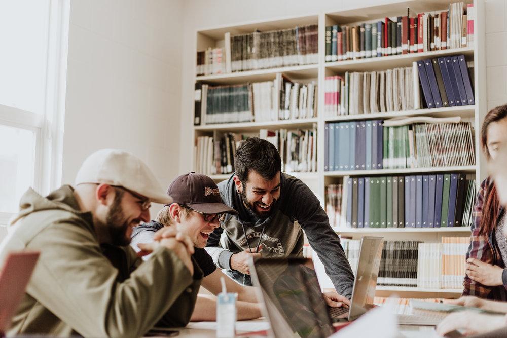 التحول - انتقل إلى روتشستر في ولاية نيويورك الأمريكية وحصل على ماجستير العلوم في قيادة الخدمة والابتكار وهو تخصص دقيق ونادر جدا والذي يتركز على أن الاقتصاد العالمي اليوم يحتاج إلى إدارة ذات رؤية مبتكرة وبعيدة النظر ورؤية بدرجة 360 تسلط على العملاء وتجاربهم، واستراتيجيات متقدمة. والتي تسمح لتحويل وتطوير أي منظمة في أي مجال من خلال طرق جديدة في التفكير كالتصميم التفكيري والتنبؤ بالمستقبل للتعرف على المشاكل والتهديدات القادمة وحلها قبل وقوعها والتعرف على الفرص واقتناصها قبل الغير. من خلال تعلم كيفية رؤية الفرص التي يفوتها الآخرون والاستفادة منها ، يتم وضع خريجي البرنامج ليأخذوا الموظفين ، أنفسهم ، إلى مستويات جديدة من النجاح في عالم دائم التغير.