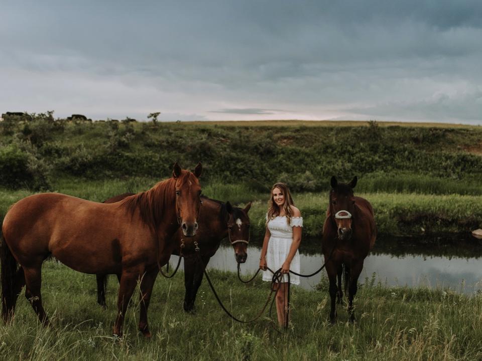 bismarck-rodeo-north-dakota-senior-pictures-horses.jpg