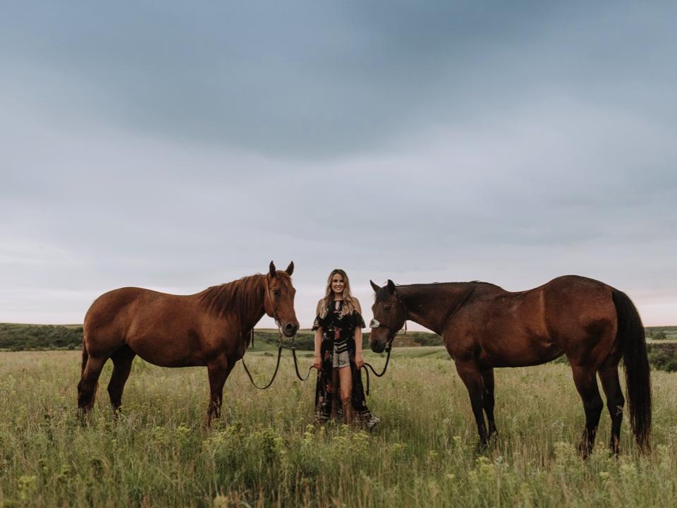 mandan-rodeo-north-dakota-senior-portraits-horses.jpg