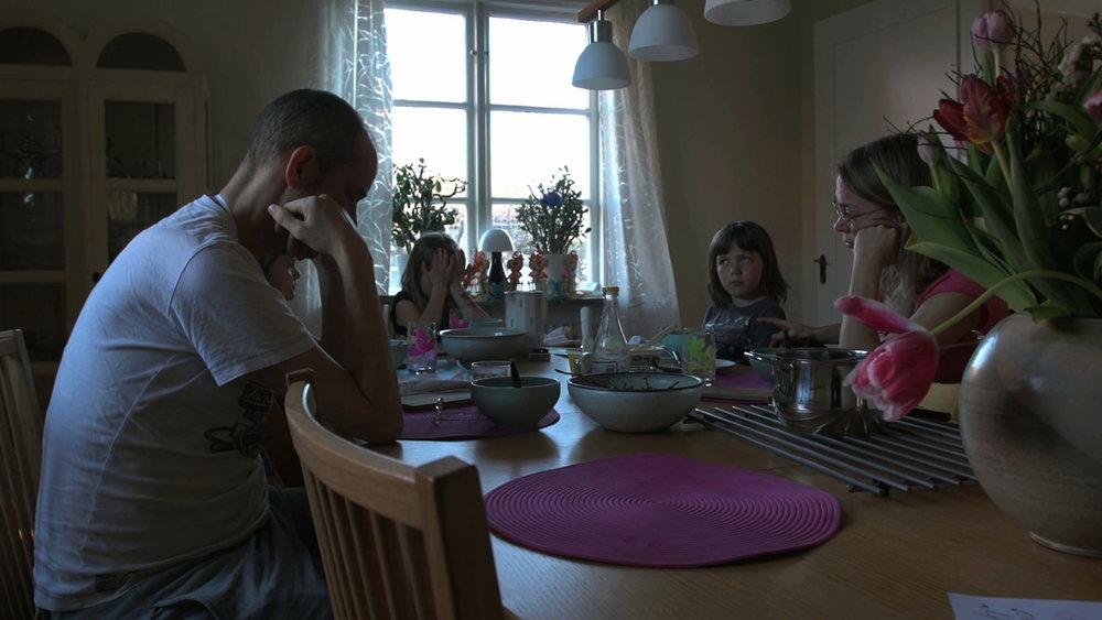 Alla vid middagsbord.jpeg