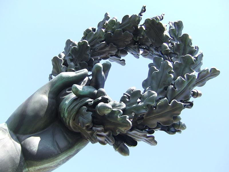 800px-Munich_Bavaria_statue_hand_holding_wreath_(2007).JPG