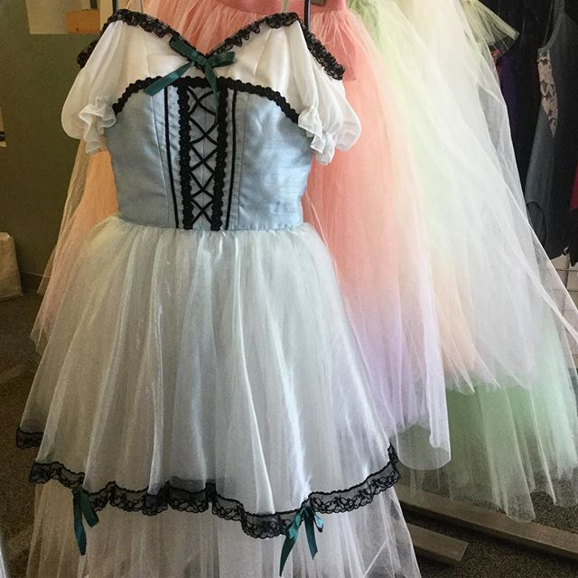 #freedoflondon 25% OFF COSTUME SALE at our Long Island City boutique store now through March 31st! Save on our full costume collection of platter and romantic tutus and peasant costumes in a variety of colors, sizes and styles.  Stop by or call us at 866.693.7333 (appointments encouraged). While supplies last. Each costume is one-of-a kind.  #customes #tutus #savings #sale #clearance #ballet #nyc #LIC #LongIslandCity #freedlic  #freed #pointeshoes #TutuTuesday @cpyballet @balletacademyeast @covenant_ballet_academy @gelseykirklandballet @thenutmegballet