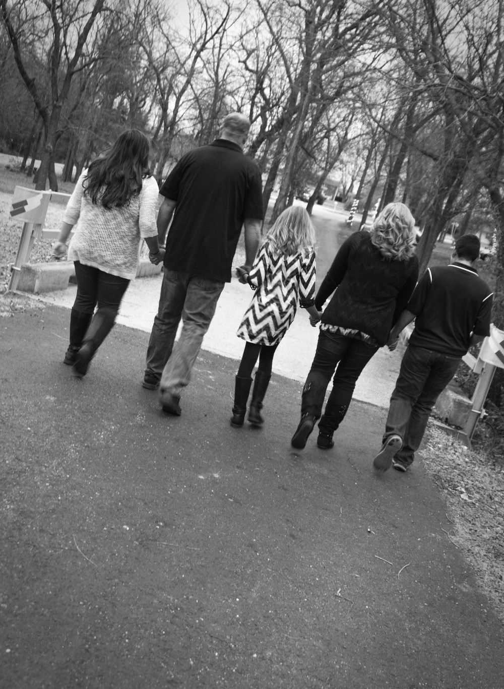 familyphotos-walkingaway-joplinmissouri-photosbyariel