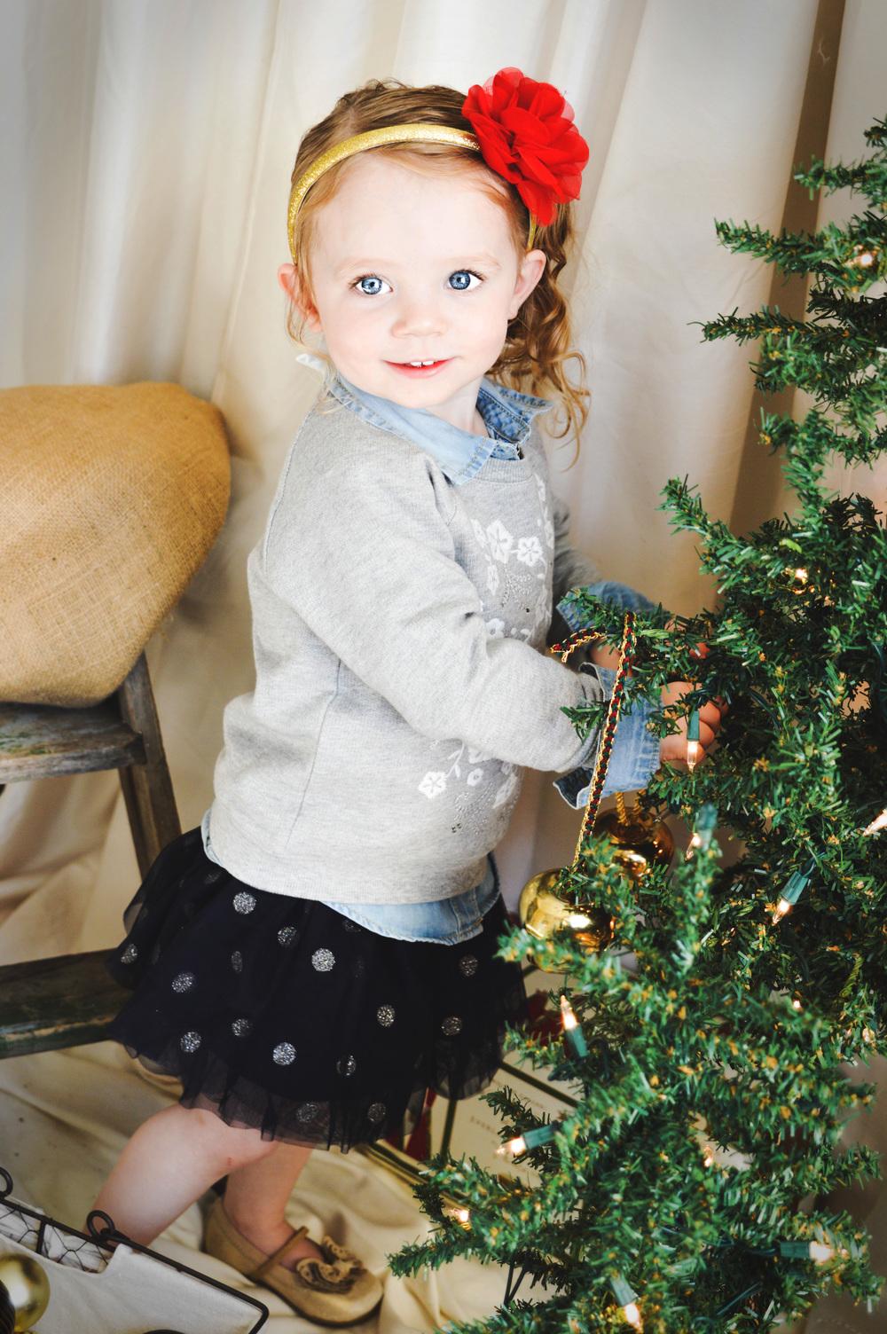 littlegirlchristmastreeportrait-blueyes-photosbyariel-joplinmissouri-childphotographer
