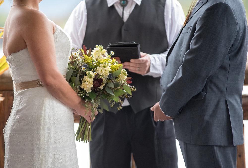 wedding-cermony-bouquete-golden-arrow-lakeside-resort-lake-placid-ny-wedding-ym-photography