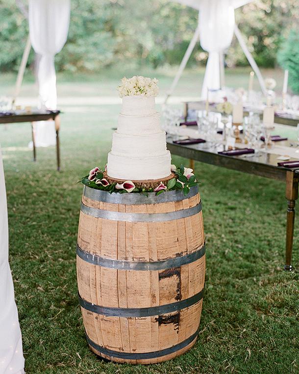 005-wine-barrel-wedding-decor-southboundbride.jpg