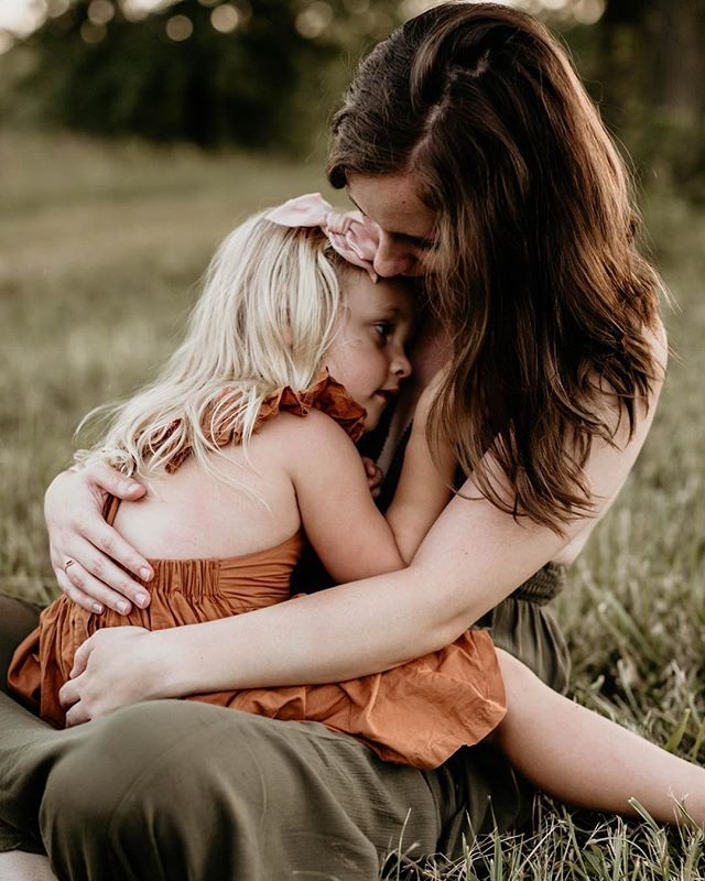 mama + baby girl cuddles. my favorite part of family sessions.