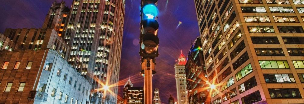 traffic_light_in_chicago_at_night_1920x1080_94414.jpg