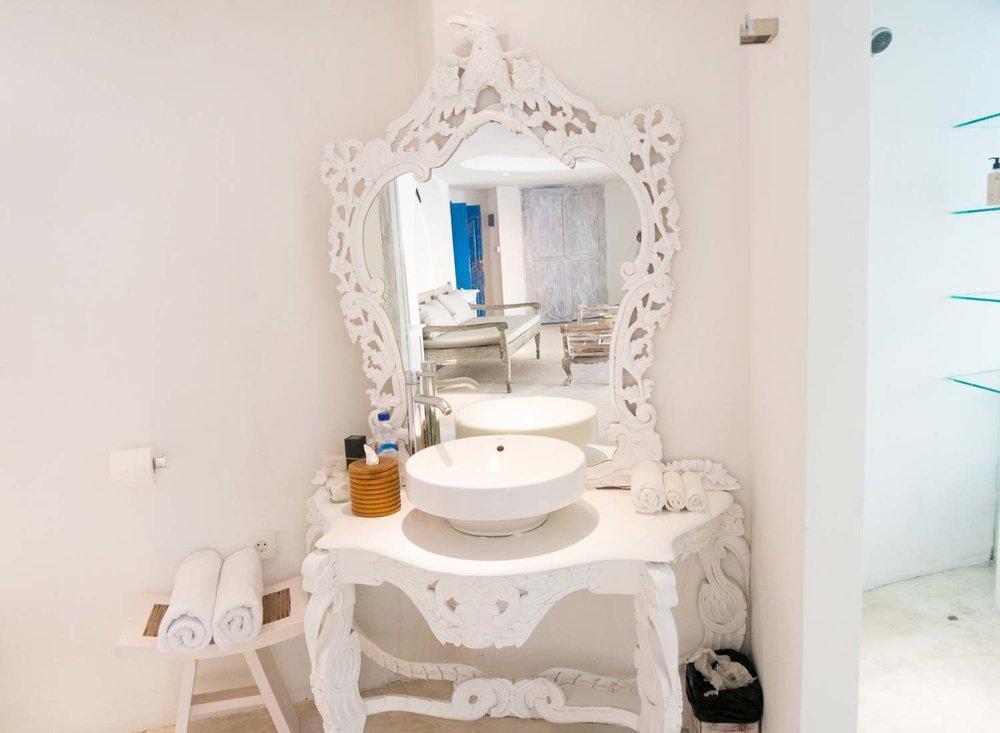 Bingin-Santorini-Bali-bathroom2.jpg