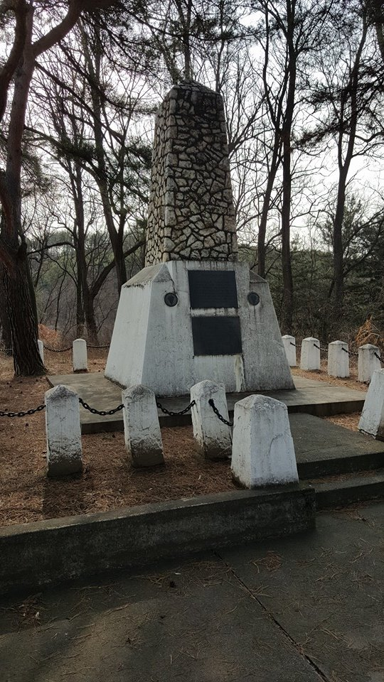 The original monument to TF Smith built in 1959 by the 24th Infantry Division. This monument is situated on the crest of the western-most hill, where one rifle platoon was emplaced during the battle. Source: author.