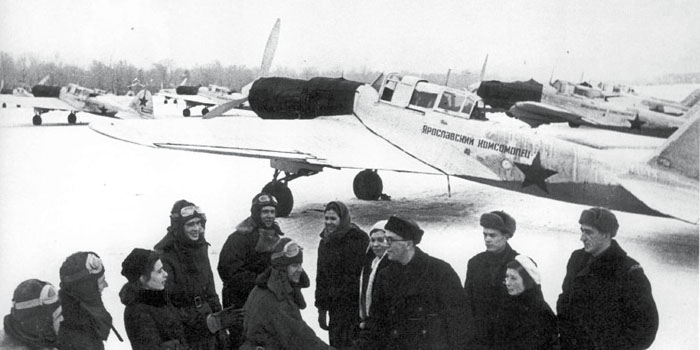 A group of Il-2M3 pilots prepare for a mission. The shrouds over the engine are intended to keep the engines warm during the extreme temperatures of the Russian winter. Without the shrouds, the engines would seize and refuse to start.