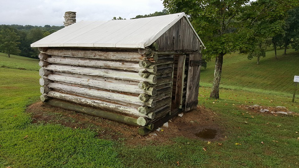ONE OF THE ONLY STRUCTURES INSIDE THE FORT TODAY IS A REPLICA OF THE KIND OF CABINS THAT CONFEDERATE SOLDIERS WOULD HAVE LIVED IN DURING THE WINTER OF 1861-1862. SOURCE: AUTHOR.