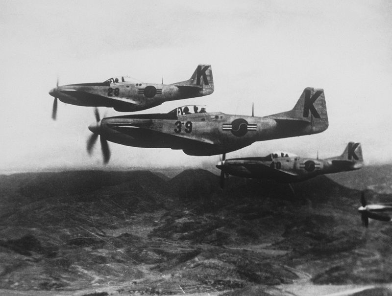 WHEN THE KOREAN WAR BROKE OUT IN 1950, THE MUSTANG WAS THE MOST READILY AVAILABLE AIRCRAFT THAT COULD BE SENT TO REINFORCE THE US 5TH AIR FORCE AND ROKAF. THESE P-51DS, PAINTED IN ROKAF MARKINGS, WERE LIKELY HANDED OVER BY USAF UNITS AFTER THEY CONVERTED TO JETS. THE MUSTANG WAS THE PRIMARY CLOSE AIR SUPPORT WEAPON DURING THE FIRST YEAR OF THE WAR. SOURCE: WIKIPEDIA.