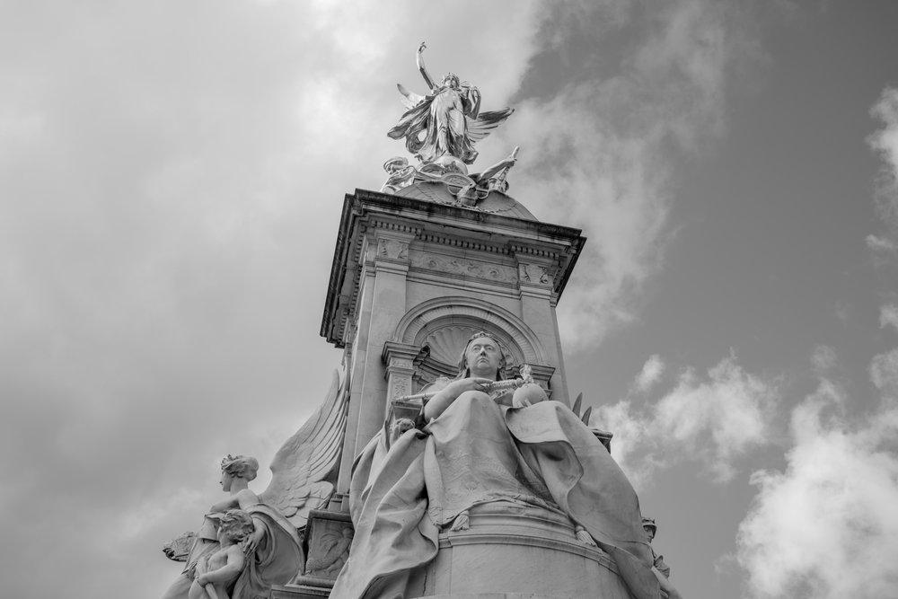 Lonon-Buckingham-Statue-1.jpg