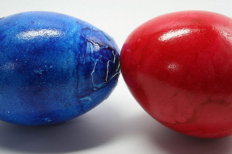 Egg knocking CC BY-SA 3.0 (http://creativecommons.org/licenses/by-sa/3.0)], via Wikimedia Commons