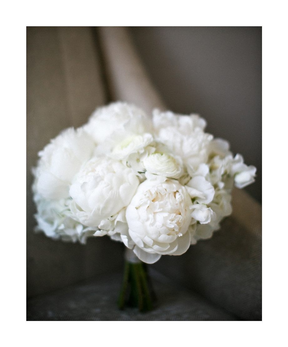 Classic White bridal bouquet by Fleur Inc, photo by Kina Wicks Photography