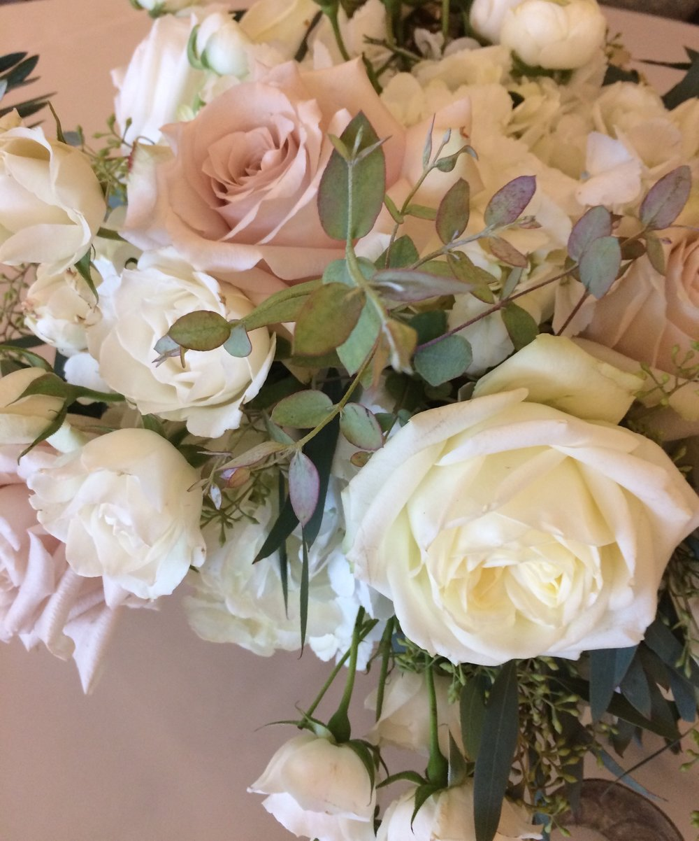 Winter whites by Fleur Inc at the Chicago Athletic Association with Jayne Weddings