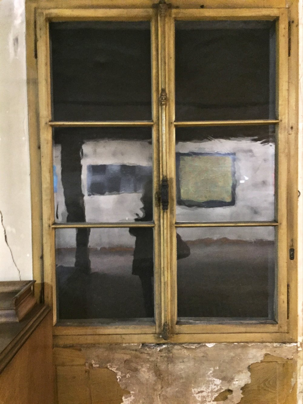 """""""fliesst"""" - wie damals - in unserem alten Haus, Fensterscheiben, welche leben - nicht gleichmässig sind, Spuren zeigen - so wie ich?     http://www.petershof.ch"""