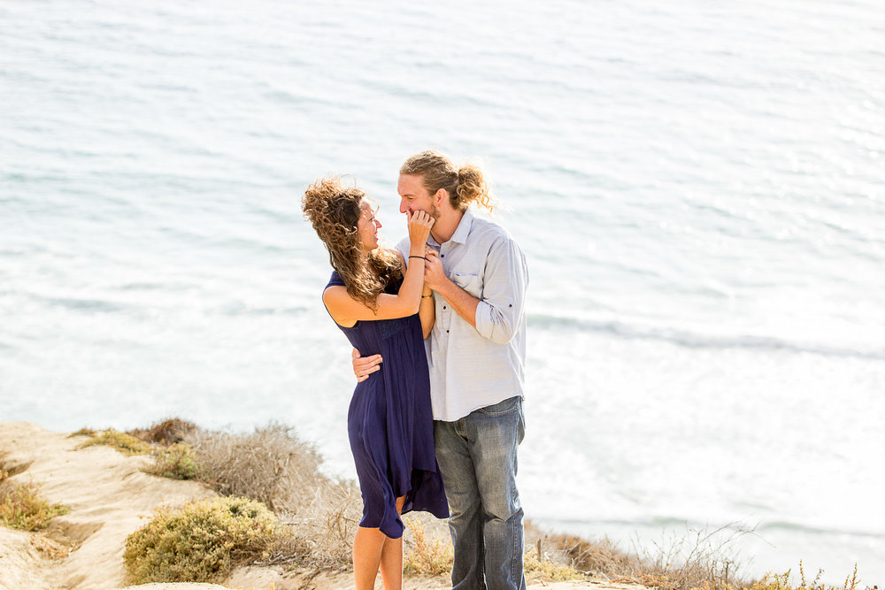 snuggle-up-couple-pose-la-jolla-torrey-pines-san-diego-ocean