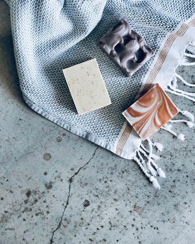 This new line of beautiful winter soaps by @osmiaorganics perfectly capture the essence of snowy mountain days and fragrant evergreen trees. I've been loving Cypress Spark, an energizing and gentle blend of cypress, juniper and litsea combined with exfoliating sandalwood powder. It's the perfect way to freshen your face and body before heading out on your next winter adventure 📸 @osmiaorganics