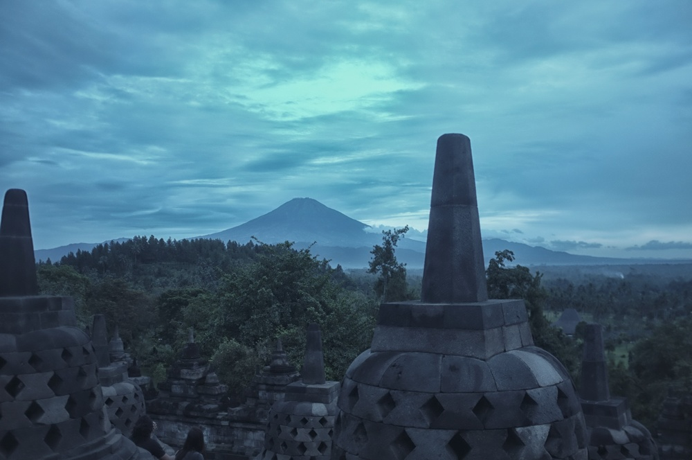Watching the sun rise over Borobudur temple with Mount Sumbing in the background | © Chavelli Tsui www.chavelli.com