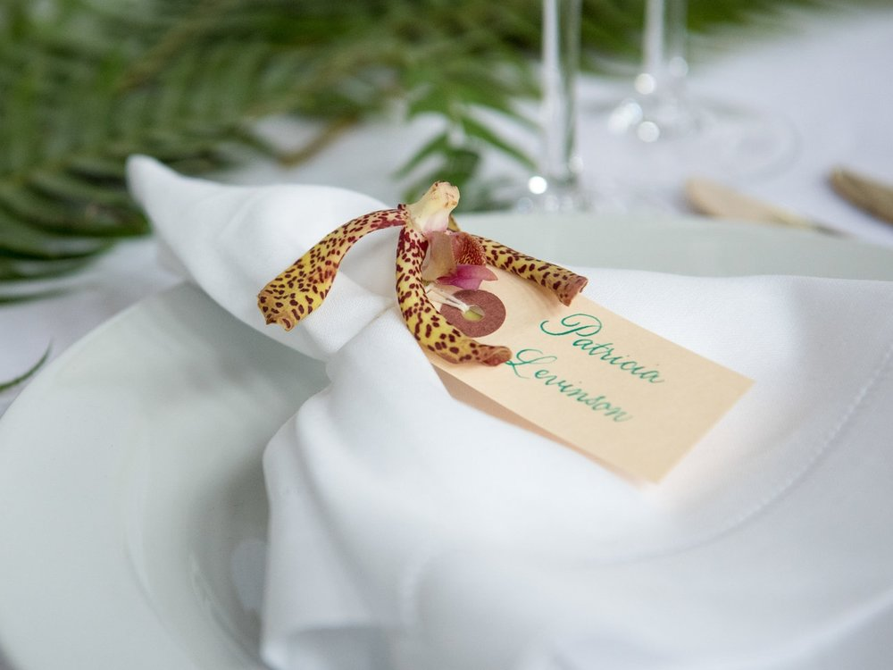 Name tags as place cards with green calligraphy // by www.chavelli.com