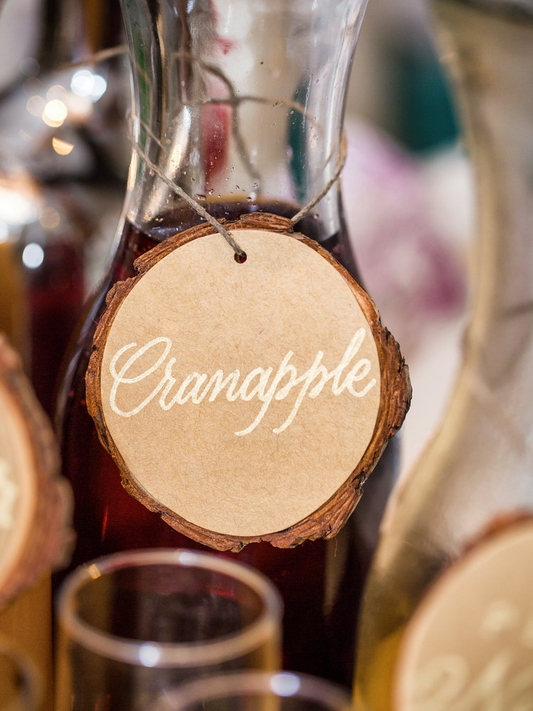 Carafe labels: wood slices with gold lettering // by www.chavelli.com