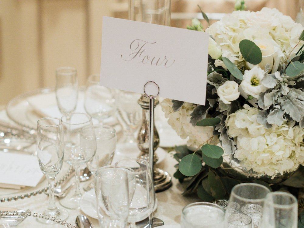 Table markers in silver calligraphy // www.chavelli.com